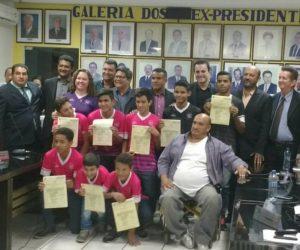 Câmara entregou Moção de aplausos aos atletas da Escola Estevão de Mendonça