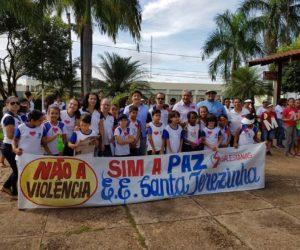 """1ª Caminhada Contra Violência, da escola """"Luiz Orione"""", em parceria com a Escola """"Santa Teresinha"""" – Projeto """"Amor e Paz"""""""